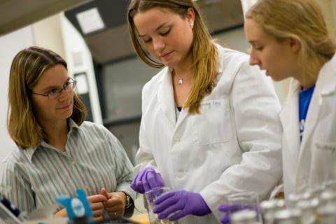 Claudia Gunsch works with students in her lab.